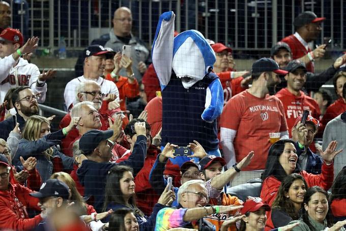 Cổ động viên đội Washington Nationals nhảy và hát theo ca khúc Baby Shark tại giải bóng chày Mỹ World Series 2019. Ảnh: Bloomberg.