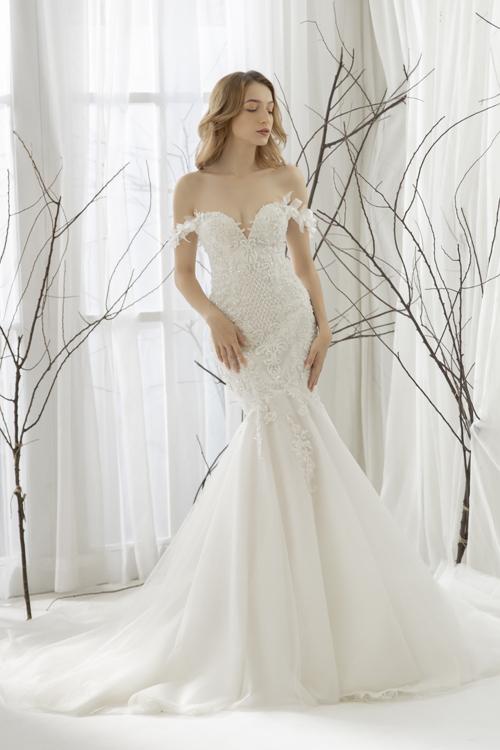 Các bộ cánh được thiết kế hướng tới sự tinh tế, mang phong cách đơn giản. Tuy nhiên, váy cưới vẫn có vài chi tiết nổi bật, tạo điểm nhấn nhẹ nhàng, thanh lịch cho nàng dâu mùa cưới 2019.