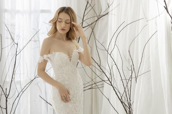 Váy có sự linh hoạt, giản tiện về phom dáng chiếm vị trí hàng đầu trong lựa chọn của cô dâu. Dù đơn giản nhưng váy vẫn tôn được nhan sắc tinh khôi củacô dâu.