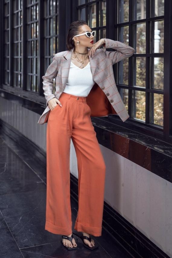 Áo thun trắng phố cùng quần ống rộng màu nổi phối và blazer kẻ sọc là trang phục dễ ứng dụng cho các bạn gái đến văn phòng hoặc dạo phố cùng bạn bè.