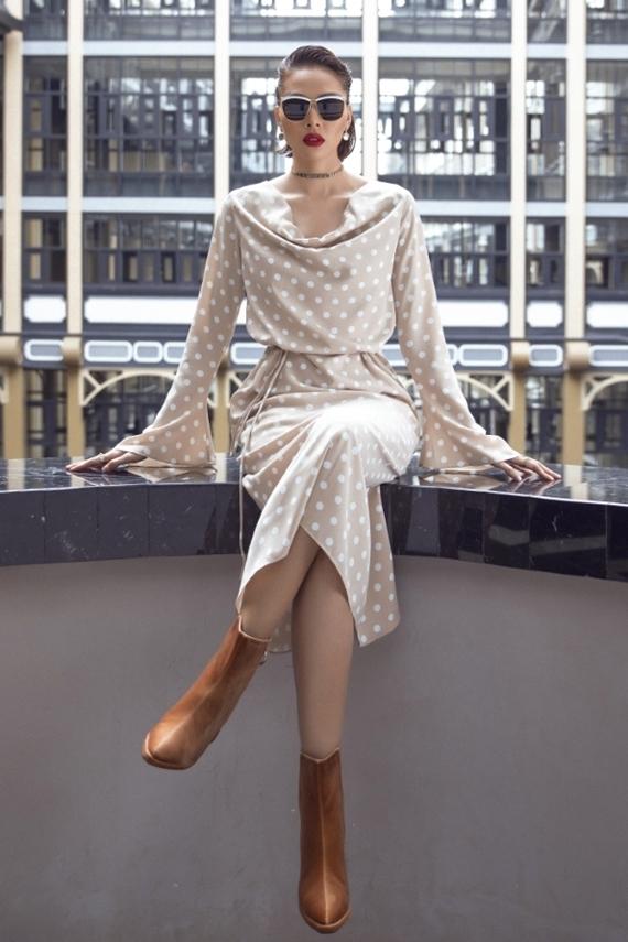 Minh Triệu hóa quý cô cổ điển với mẫu váy chấm bi, kết hợp bốt da màu nâu đất.