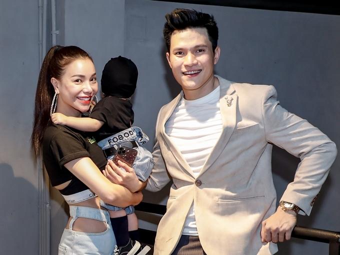 Diễn viên Minh Anh hào hứng chụp ảnh cùng mẹ con Trà Ngọc Hằng. Thời gian qua, Nam diễn viên phim Những cô gái chân dài