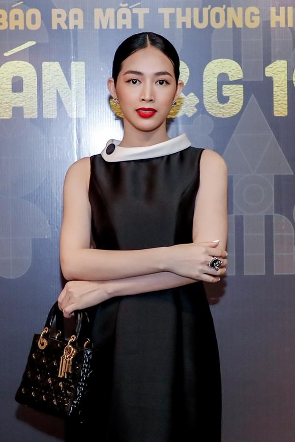Diễn viên Mai Thanh Hà chọn phong cách quý phái từ trang phục đến phụ kiện.