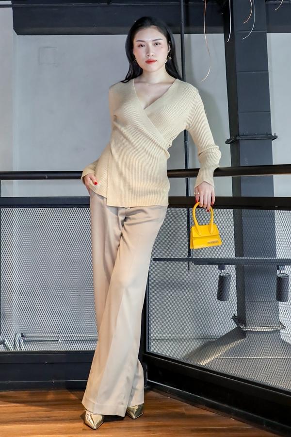 MCC Thanh Thanh Huyền sử dụng chiếc túi Le Sac Chiquito của Jacquemus giúp tạo điểm nhấn cho ngoại hình.