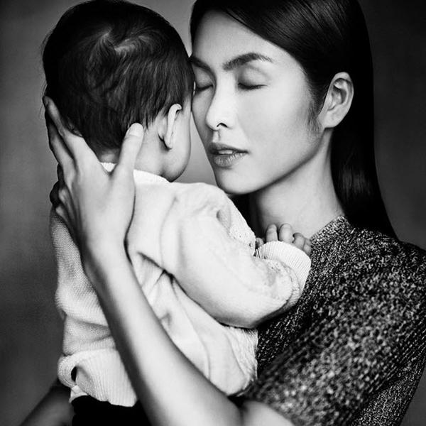 Sau khi kết hôn, Hà Tăng hoàn toàn rút lui khỏi showbiz, chỉ xuất hiện tại các sự kiện do gia đình và bạn bè tổ chức để vun vén tổ ấm riêng và phát triển công việc kinh doanh. Tháng 4/2014, cô lên chức mẹ khi con trai đầu lòng Richard chào đời.