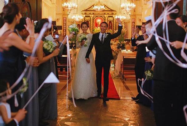 Các thành viên trong gia đình và một số bạn bè thân thiết của cô cũng sang dự lễ cưới.