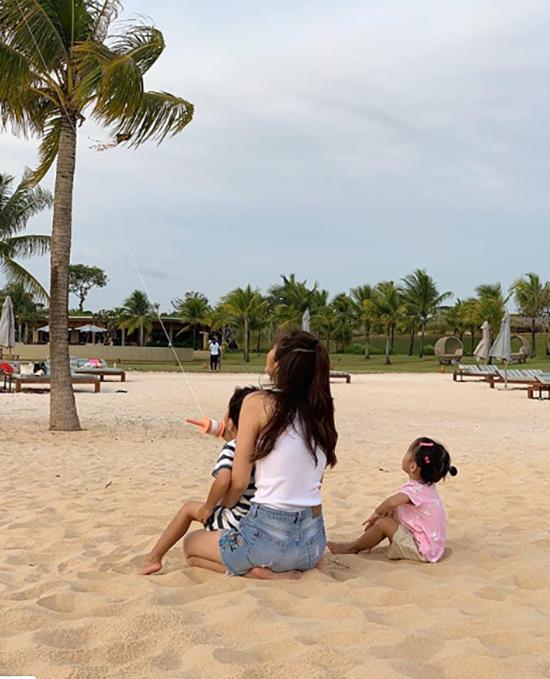 Muốn giữ cho con cuộc sống bình yên, vợ chồng Hà Tăng - Louis Nguyễn chỉ chia sẻ những bức hình chụp con trai Richard và con gái Chloe từ đằng sau.