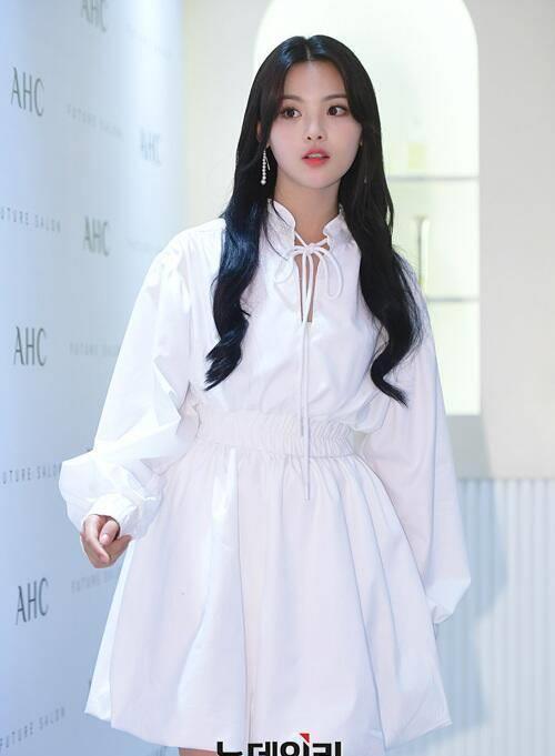 Tờ Joins của Hàn Quốc đưa tin, diễn viên Trung Quốc Dương Siêu Việt đến dự sự kiện của một thương hiệu mỹ phẩm tổ chức tại Jung-gu, Seoul hôm 4/11. Ngôi sao Trung Quốc mặt đồ trắng, gương mặt trang điểm nhẹ nhàng, trông rất nữ tính và duyên dáng. Nhiều tờ báo Hàn ca ngợi Dương Siêu Việt như búp bê, nhỏ nhắn đáng yêu,