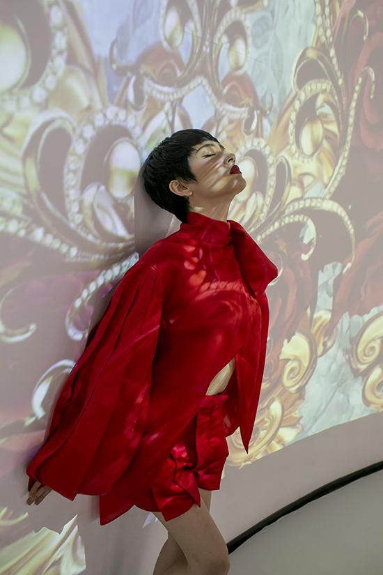 Ca sĩ Bảo Anh cũng chọn trang phục nổi bật khi xuất hiện bên dàn fashionista nổi tiếng của TP HCM.
