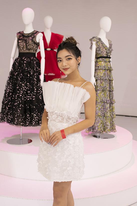 Katleen Phan Võ điệu đà cùng váy hai dây trang trí vải xếp ly phối cùng hoa ren trắng.