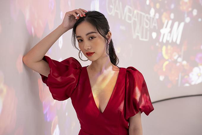 Jun Vũ chọn gam đỏ để nổi bật tạisự kiện triển lãm thời trang - mua sắm đặc biệt. Chương trình có sự tham gia củagần 200 khách mời bao gồm báo chí, nghệ sĩ, những nhân vật có tầm ảnh hưởng trong ngành thời trang và giải trí tại Việt Nam