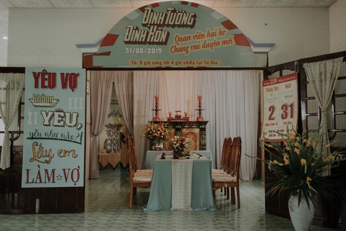 Hoa cưới đa dạng sắc màuđược đặt trên bộ bàn ghế gỗ gụ, phông bạt có dòng chữ Quan viên hai họ chung vui duyên mới cùng không gian nhà phảng phất nét cổ xưa... là những điểm thú vị trong lễ đính hôn ở Tiền Giang của cặp Thư - Hùng.