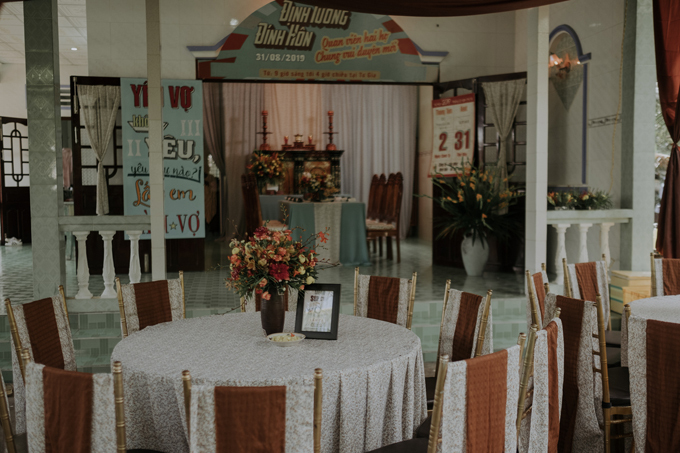 Bảng màu của lễ đính hôn đa dạng gồm hơn 10 màu, phù hợp với concept retro. Ekip sử dụng các loài hoa gồm cúc bình bông, cúc nút áo, thủy tiên, huệ tây, cẩm chướng, lan bọcạp, lan trắng... cho không gian.