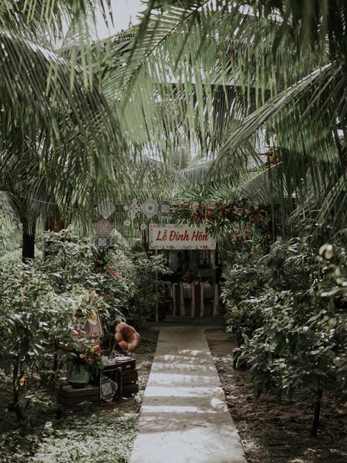 Các chi tiết cổng chào, vật trang trí nơi lối đi đều mang một giá trị thời gian xưa cũ, được kết nối với nhau một cách hài hòa, cụ thể.