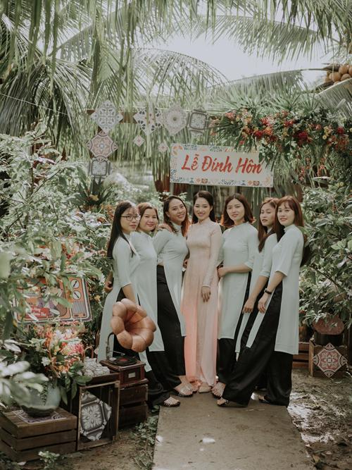 Cô dâu diện áo dài hồng cho lễ đính hôn, còn phù dâu diện áo dài sắc xanh pastel. Bộ ảnh được thực hiện bởi concept & planning: By Kiethoney Wedding Planner & Decoration, photo: Huk Studio (Nguyễn Văn Hùng).