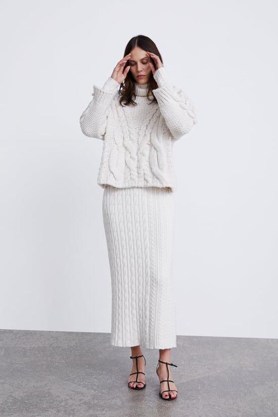Khi trời bắt đầu chuyển lạnh, những cô nàng mê trang phục len lại tìm kiếm các kiểu váy áo len vặn thừng đầy dặn.