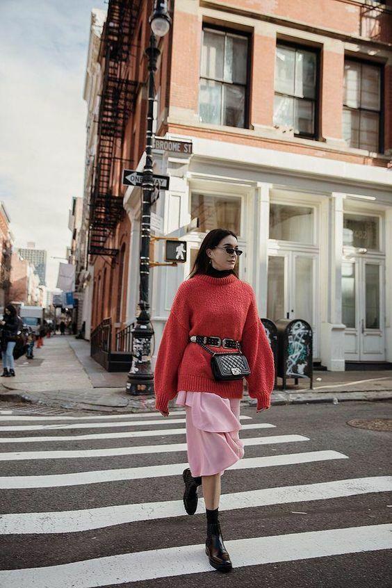 Các mẫu áo sệ vai, chân váy midi dễ phối hợp cùng nhau để mang tới nhiều set đồ tiện dụng khi đi làm và đi dạo phố.