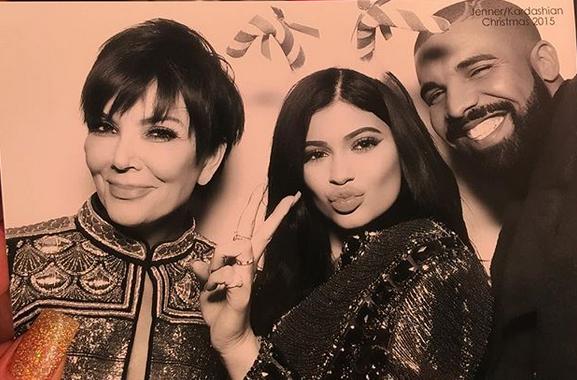 Drake bên Kylie và mẹ cô năm 2015.