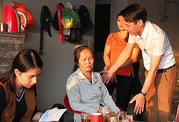 Lãnh đạo xã Thiên Lộc động viên một gia đình có con tử vong trong xe container. Ảnh: Hùng Lê.