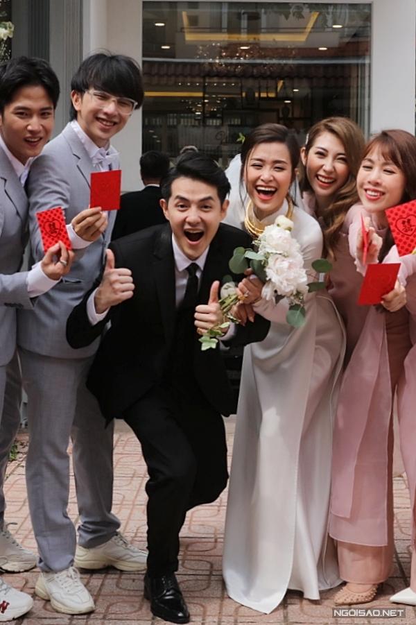 Trong ngày vui rước dâu, họ liên tục vui đùa, mỉm cười hạnh phúc.