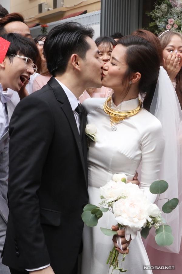 Cặp đôi khoá môi ngọt ngào, chính thức nên duyên vợ chồng.