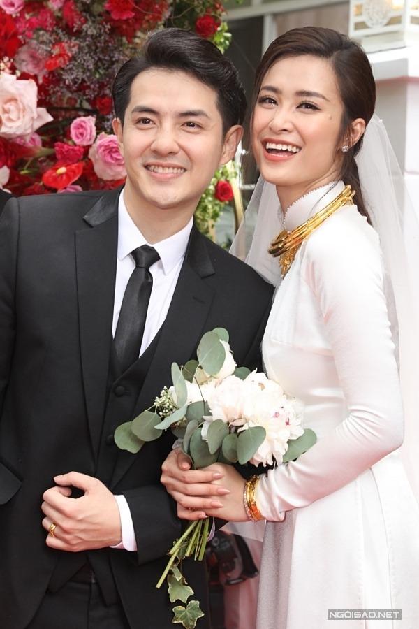 Cô dâu Đông Nhi - chú rể Ông Cao Thắng ở lễ vu quy sáng 8/11. Ảnh: Maison de Bil