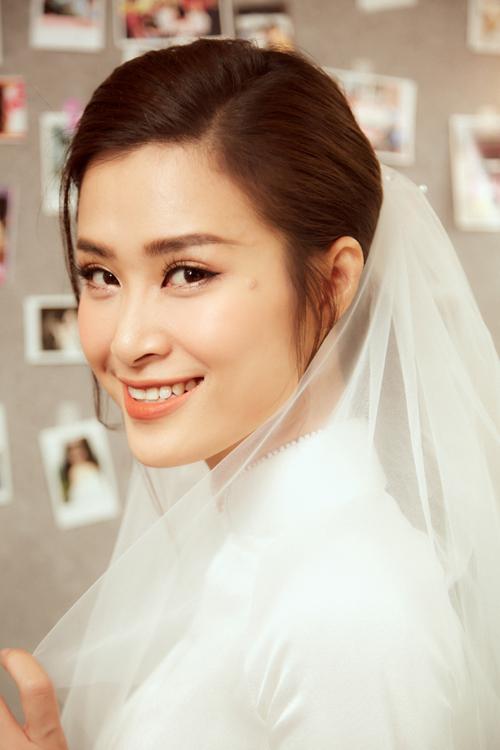 Diện mạo của cô dâu Đông Nhi trong lễ rước dâu sáng 8/11. Chuyên gia trang điểm Tee Le là người trực tiếp làm đẹp cho tân nương.