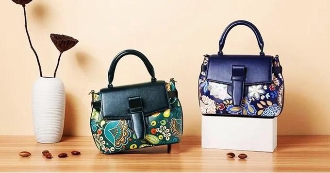 Mẫu túi hoa nắp thẻ thuộc top bán chạy của thương hiệu Venuco. Với hai tông xanh dương và xanh lá,