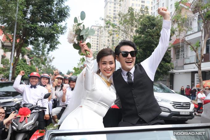 Sau lễ thành hôn, vu quy, Đông Nhi - Ông Cao Thắng có cuộc trò chuyện ngắn với báo giới. Cùng ngày, uyên ương sẽ di chuyển ra đảo ngọc Phú Quốc để chuẩn bị cho lễ cưới diễn ra trong 2 ngày 9-10/11. Đám cưới của cặp sao nổi tiếng có sự góp mặt của 500 khách mời, trong đó có khoảng 200 nghệ sĩ showbiz Việt.