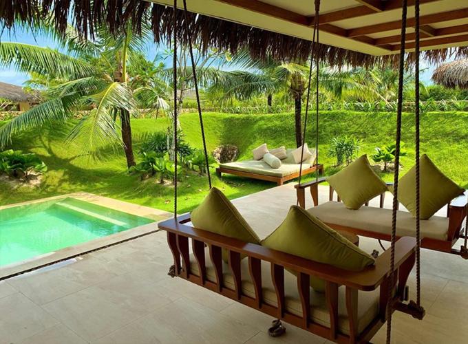 Fusion Resort Phu Quoc có 107 villa, tất cả đều có bể bơi riêng, hòa lẫn vào khuôn viên xanh mát của bãi cỏ, vườn cây, hàng dừa - một hình ảnh rất miền nhiệt đới và cũng rất Việt Nam.