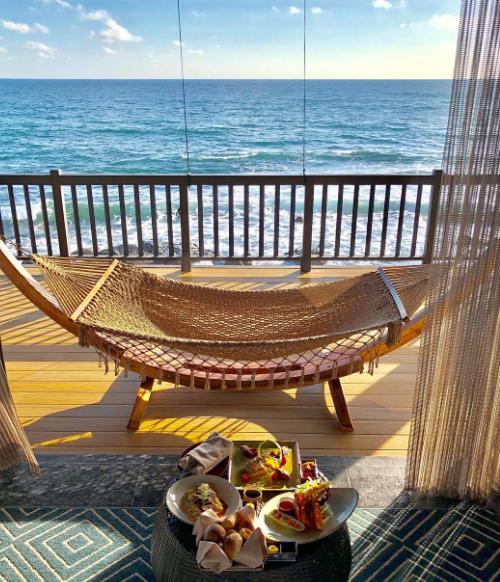 Với vị trí ba mặt hướng biển, Nam Nghi Phu Quoc Island sở hữu 63 phòng khách sạn và 51 biệt thự, trong đó, nhiều văn nằm trên gành đá, mũi biển. Các căn phòng đều có cửa sổ lớn, nhìn ra biển và tận dụng ánh sáng tự nhiên. Giá một phòng từ 4 triệu đồng/đêm.