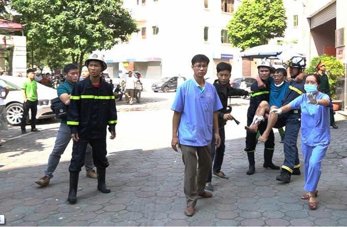 Lực lượng cứu hộ đưa người bị thương ra xe cấp cứu. Ảnh: Nguyễn Ngoan.