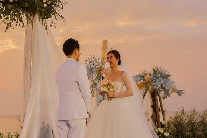 Cặp đôi dành cho nhau nhiều lời yêu thương. Đông Nhi bày tỏ thời điểm gặp Ông Cao Thắng 10 năm trước, cô đã cảm nhận anh chính là định mệnh của cuộc đời cô.