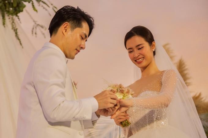 Cặp đôi cùng trao nhẫn cưới.