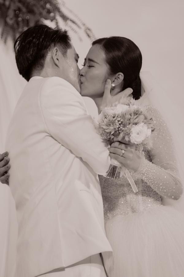 Đôi vợ chồng trao nụ hôn trước sự chứng kiến của gia đình, bạn bè.