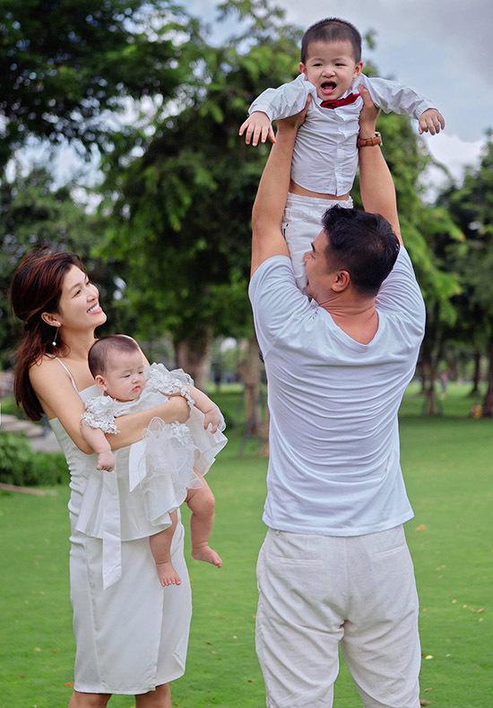 Con gái nhỏ của Oanh Yến là bé Như Ý mới 8 tháng tuổi. Người đẹp cho biết chính ông xã dụ cô sinh thêm để gia đình cân bằng với 6 nhóc tỳ. Họ hy vọng em bé tiếp theo sẽ là con gái.