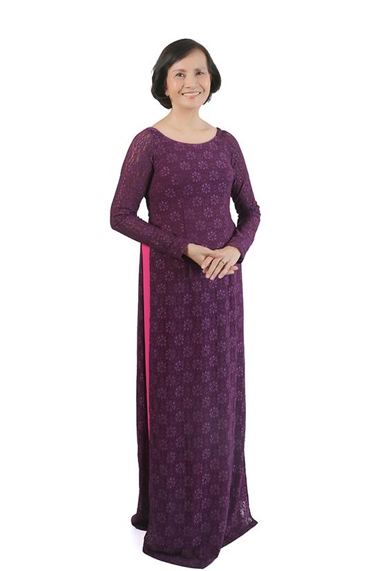 Mẹ của Võ Hoàng Yến diện áo dài cách tân với thiết kế cổ thuyền phù hợp với không khí nắng ấm phương Nam.