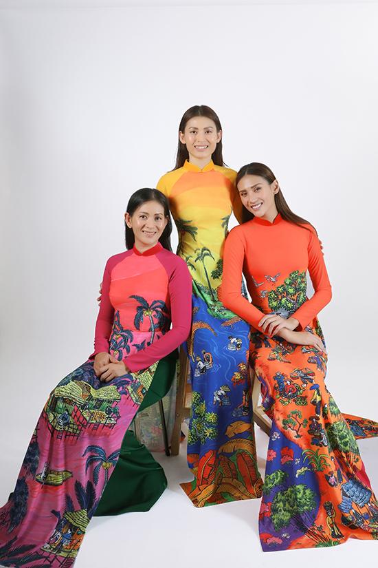 Võ Hoàng Yến (áo dài cam) cùng hai chị Võ Hoàng Hoa (áo dài hồng), Võ Hoàng Oanh (áo dài vàng).
