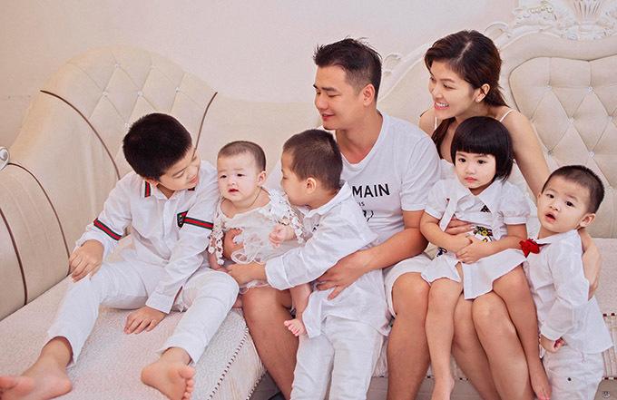 Nữ hoàng Sắc đẹp Thế giới 2019 hiện là bà mẹ đông con nhất showbiz Việt. Cô cho biết sau khi sinh bé thứ sáu sẽ khoá sổ, không sinh thêm nữa.
