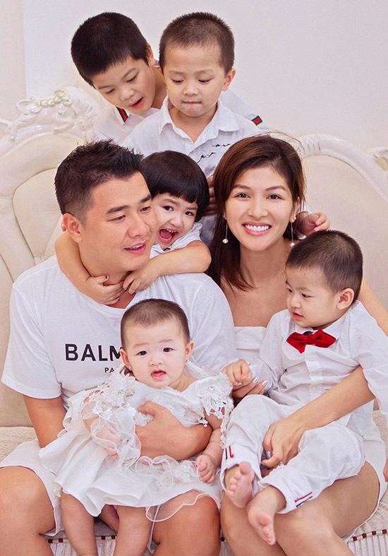 Oanh Yến thừa nhận cô khá vất vả khi chăm sóc, nuôi dạy đàn con nhỏ nhưng cảm thấy vui vì tổ ấm luôn rộn ràng, tràn ngập tiếng cười.