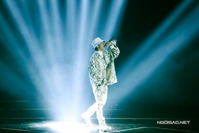 Sơn Tùng M-TP diện trang phục họa tiết da trăn độc đáo lên sân khấu. Anh gây ấn tượng ngay từ những phút đầu tiên.