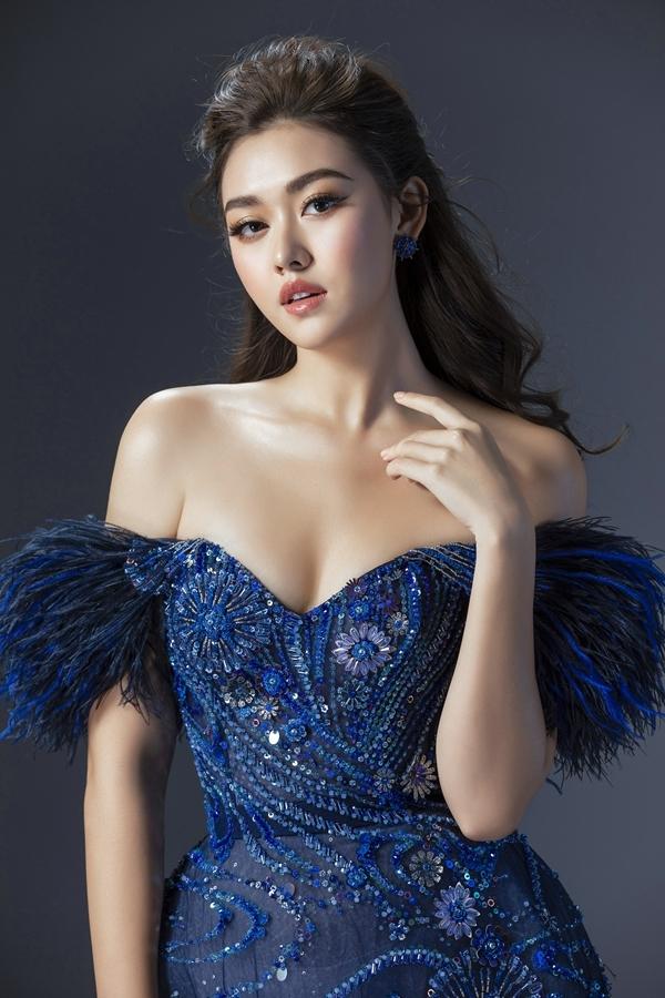 Trang phục được đính cườm giúp bắt ánh sáng sân khấu, tạo sự nổi bật cho Tường San khi trình diễn.