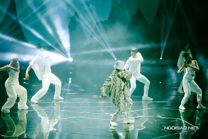 Anh cùng dàn vũ công đã mang tới tiết mục cực chất, được khán giả tán thưởng nồng nhiệt.