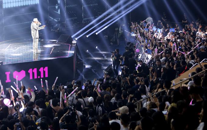 Hơn 1.000 người dự Đại nhạc hội Super Show tối 10/11. Tất cả đều đứng ngồi không yên với màn biểu diễn máu lửa của Sơn Tùng M-TP.