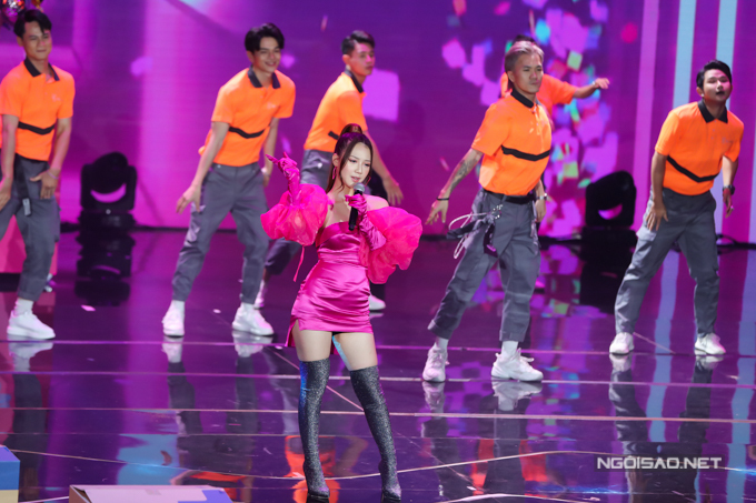 Nữ ca sĩ AMEE khoe vẻ gợi cảm với váy ngắn hở vai. Cô vừa hát vừa nhảy cùng vũ đoàn trong tiết mục đầy màu sắc.