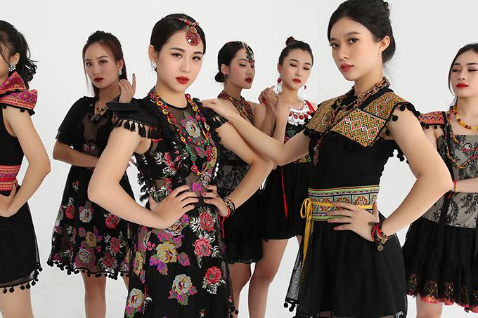 Cao Minh Tiến đã nhờ nhạc sĩ phối khí theo phong cách sôi độngvà mình là người thể hiện. Trên nền bài hát Inh lả ơi, các người mẫu mặc trang phục của bộ sưu tập cùng tên và diễn cùng nhà thiết kế.