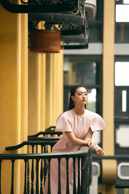 Lương Thuỳ Linh diện váy thu đông