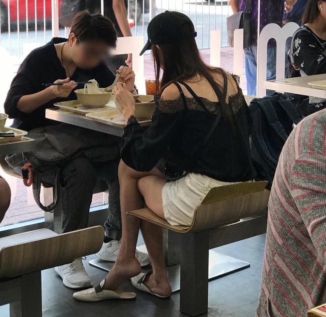 Cánh paparazzi Hong Kong ghi lại cảnh Hoàng Gia Văn - tân Hoa hậu Hong Kong 2019 ăn trưa cùng bạn tại một tiệm bình dân trên phố Causeway Bay. Mỹ nhân TVBăn mặc đơn giản, mặt không trang điểm, trông bình dị như mọi cô gái khác. Một nguồn tin cho hay, do sự bất ổn chính trị của Hong Kong gần đây, Gia Văn không có việc làm. Thông thường, các Hoa hậu Hong Kong sau khi đăng quang sẽ có một năm dự sự kiện và các hoạt động của showbiz, tuy nhiên do xã hội bất ổn, các sự kiện bị giảm thiểu, Gia Văn gần như không nhận được lời mời nào.