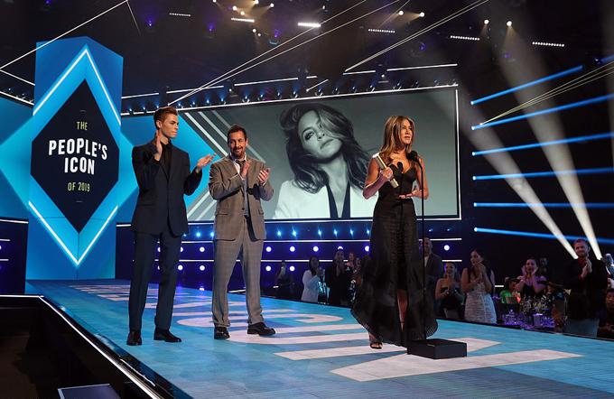 Jennifer Aniston rớm nước mắt khi nghe lời chia sẻ của người bạn đồng nghiệpAdam Sandler. Ảnh: NBC.