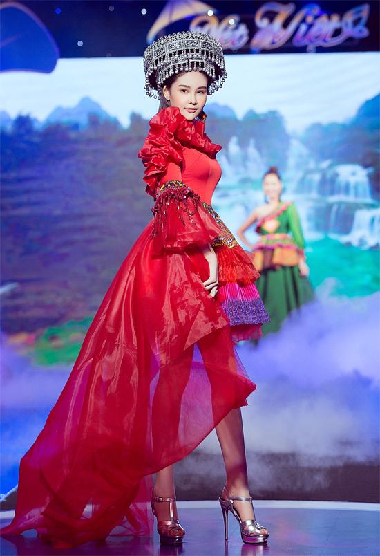 Cô diện bộ váy họa tiết thổ cẩm cách điệutừ trang phục của người dân tộc vùng cao mở màn show diễn.